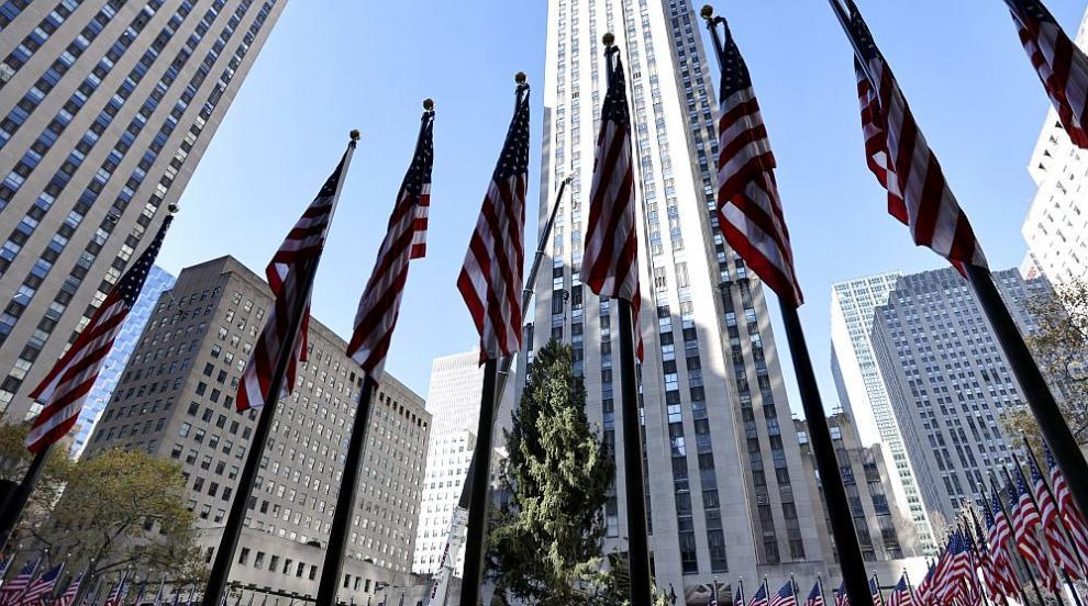 Издигнаха коледната елха в Ню Йорк (СНИМКИ)