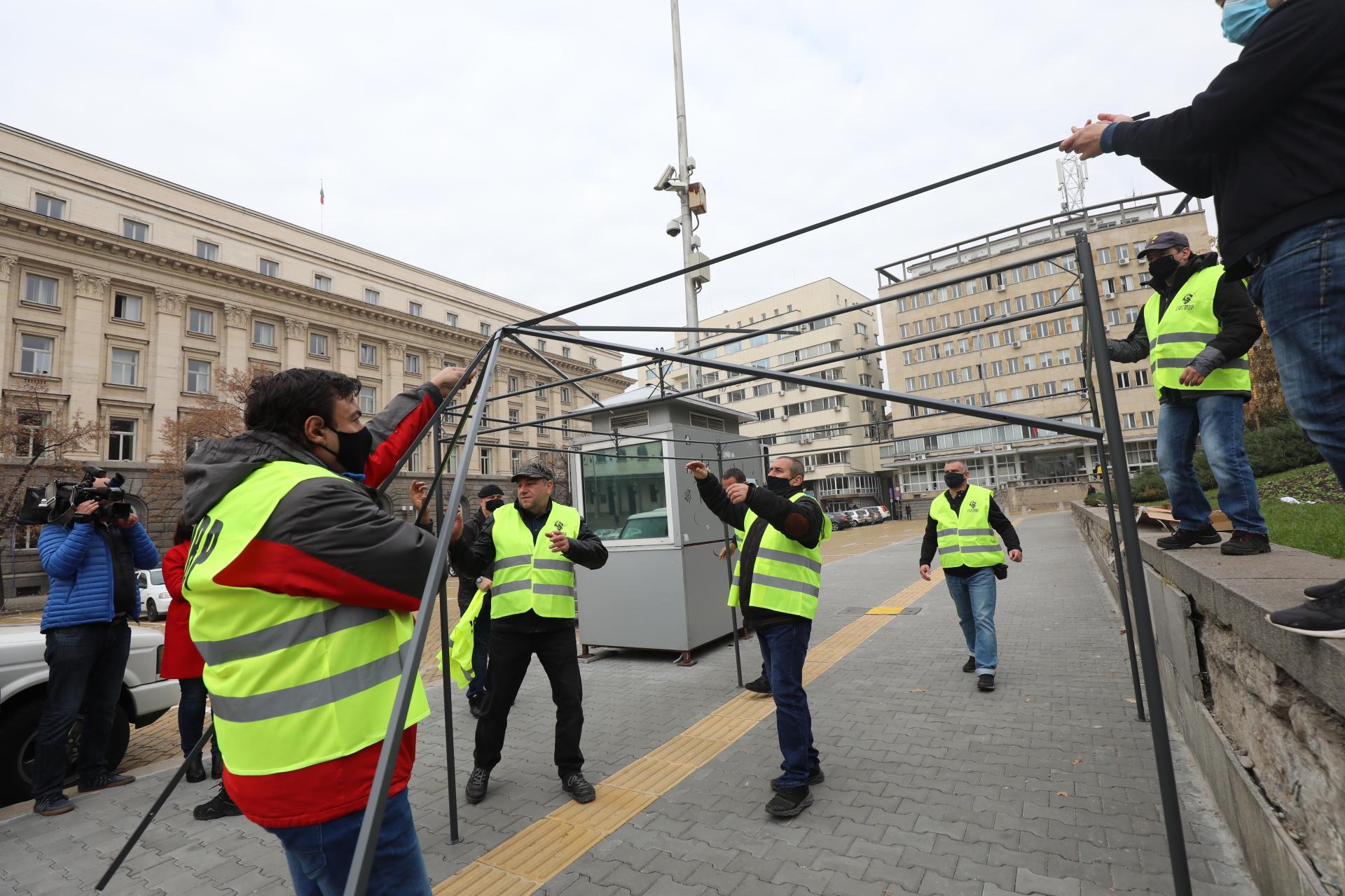 <p>Полицаите разпънаха палатка пред НС в знак на протест</p>