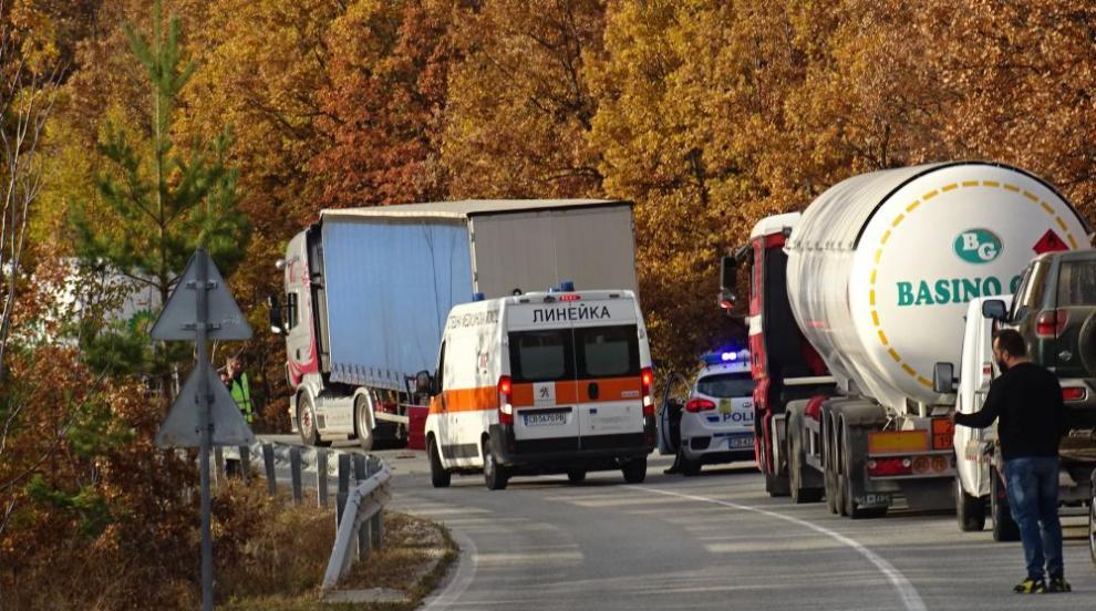 Кола се удари в цистерна с газ край Благоевград...