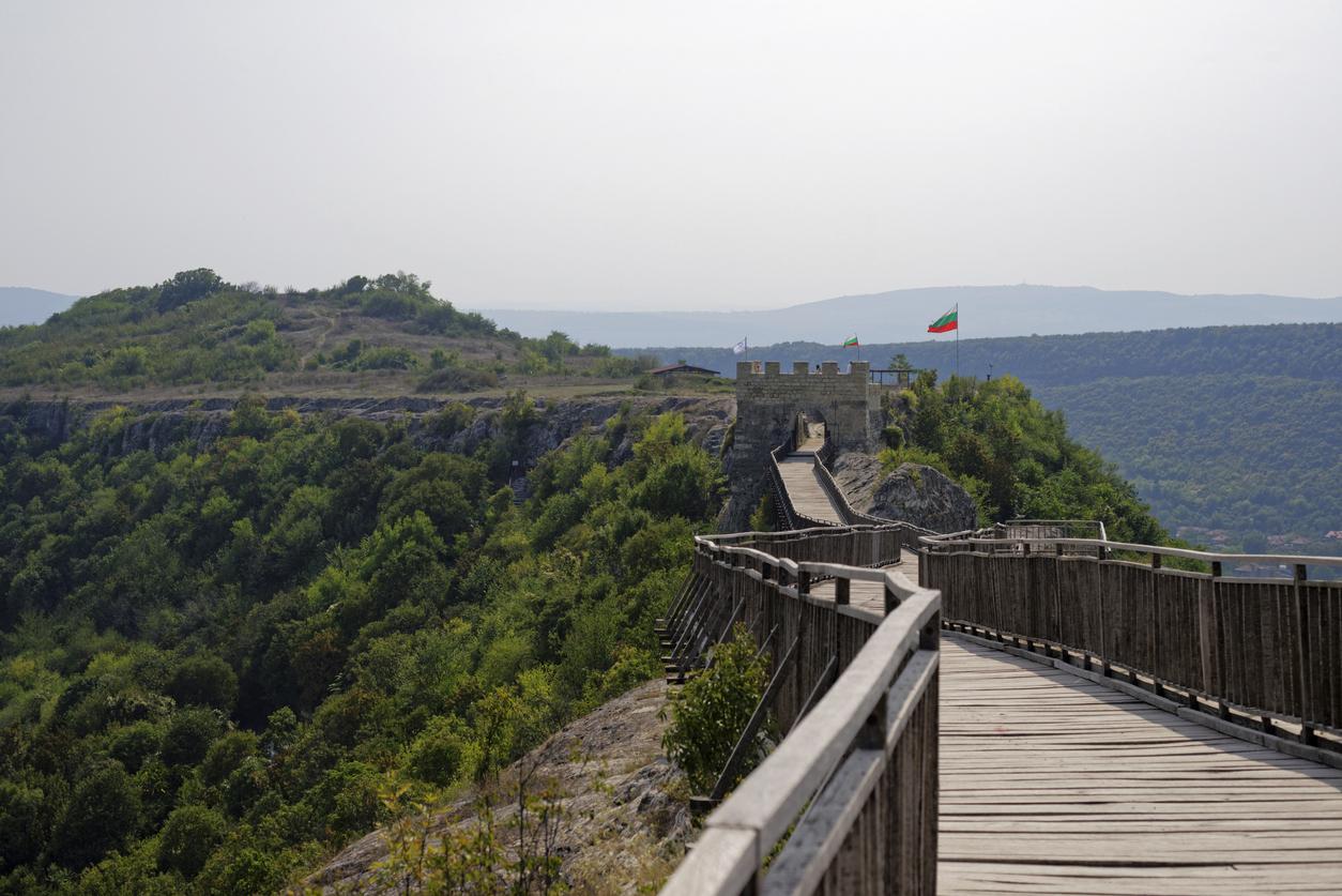 <p><strong>Крепостта Овеч край Провадия</strong>&nbsp;-&nbsp;разположена е източно от град Провадия. Построена е на величественото плато, познато под името &bdquo;Калето&ldquo;. Тя е известна с няколко имена - византийско Проват, българското&nbsp;Овеч и турското - Таш хисар. Обитавана е от средата на ІІІ до края на ХVІІ век, с прекъсвания от първите десетилетия на VІІ до ХІ век. Крепостта помни времето на Петър ІV и Калоян, движението начело с цар Ивайло, рицарите на Амедей VІ Савойски, османското нашествие, въстанието на царските синове Константин и Фружин, похода&nbsp;на полско-унгарския крал Владислав ІІІ Ягело.&nbsp;<br /> &nbsp;</p>