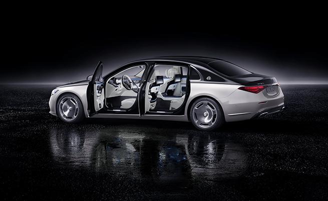 При пълно оборудване, с включено в него система PRE-SAFE Impulse Side и въздушни възглавници в предпазните колани, Mercedes-Maybach защитава пътниците с общо 18 еърбега.