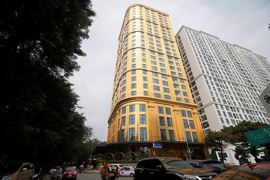 <p>Неговата фасада с площ от 5000 кв метра, е оформена с използването на позлатени материали.</p>