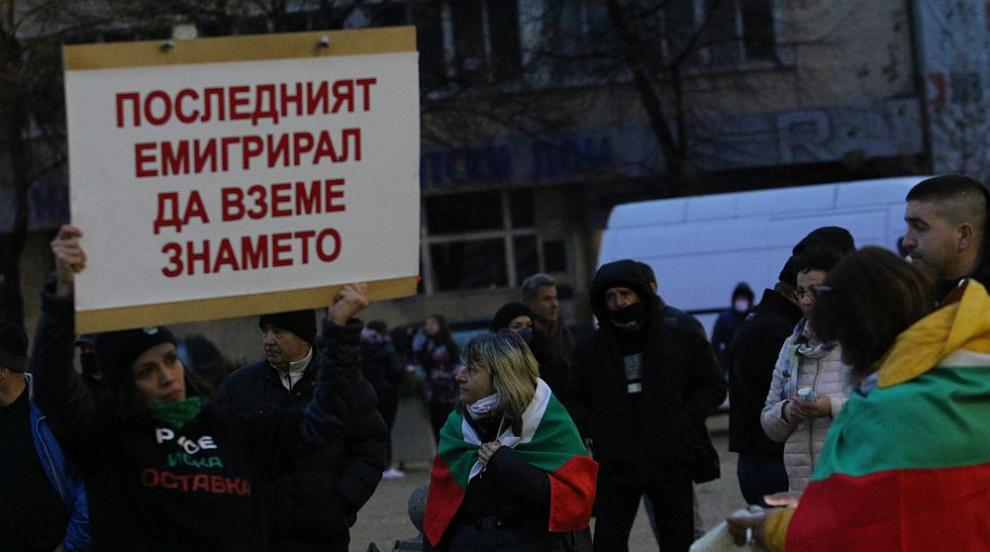 Изпочупиха прозорците на офис на ГЕРБ в София по...