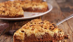 Сладко изкушение: Крамбъл сладкиш с круши и шоколад