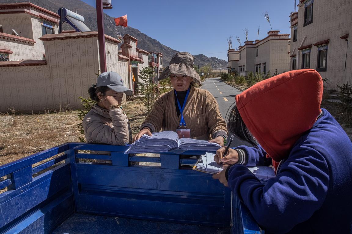 <p>Според плановете на китайското правителство, трябва да се изгради система от пътища, които да свързват 80% от населените места в Тибет, както и да се осигури безплатно образование за децата</p>