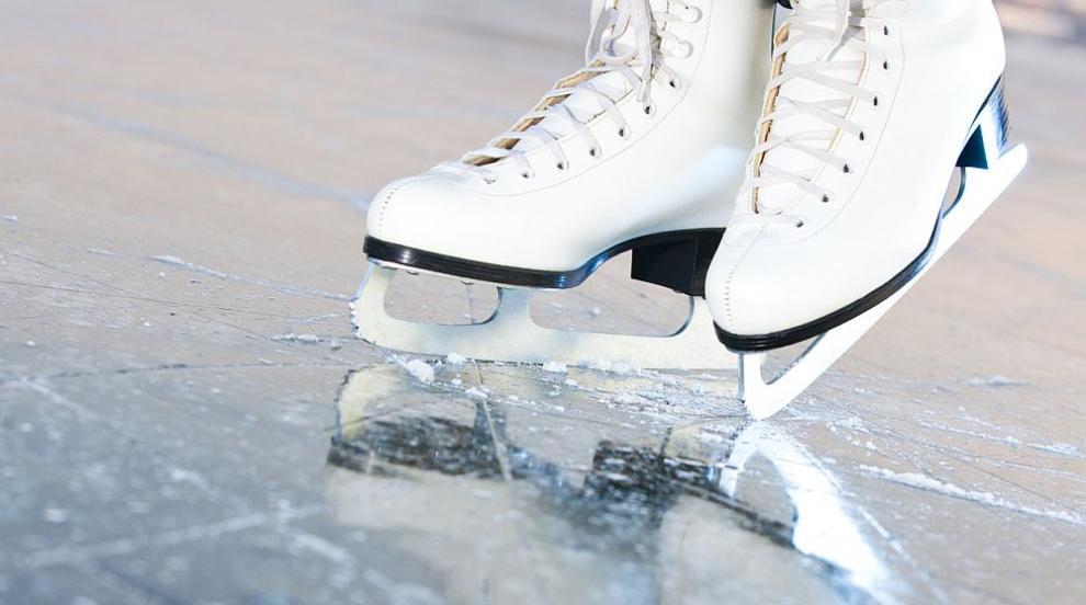 Отваря врати ледената пързалка на стадион