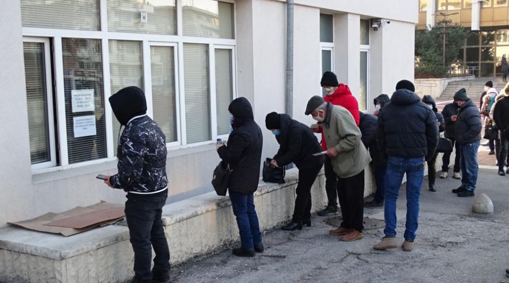 Десетки на опашка за PCR тест в Благоевград, чака се и електронното направление (СНИМКИ)