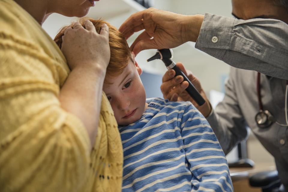 дете болка уши лекар