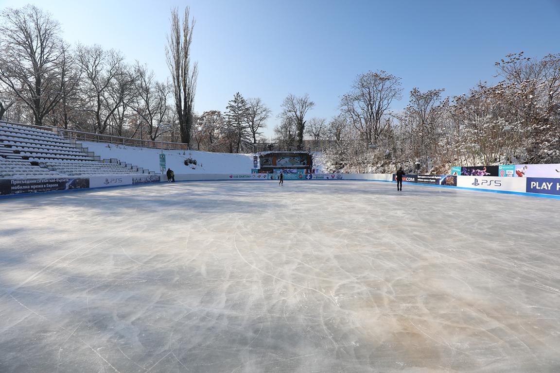 <p>Ледената пързалка на стадион &bdquo;Юнак&ldquo; отвори врати на 2 декември. До 150 души ще могат да карат едновременно в рамките на една сесия, продължаваща 90 мин</p>  <p>&nbsp;</p>