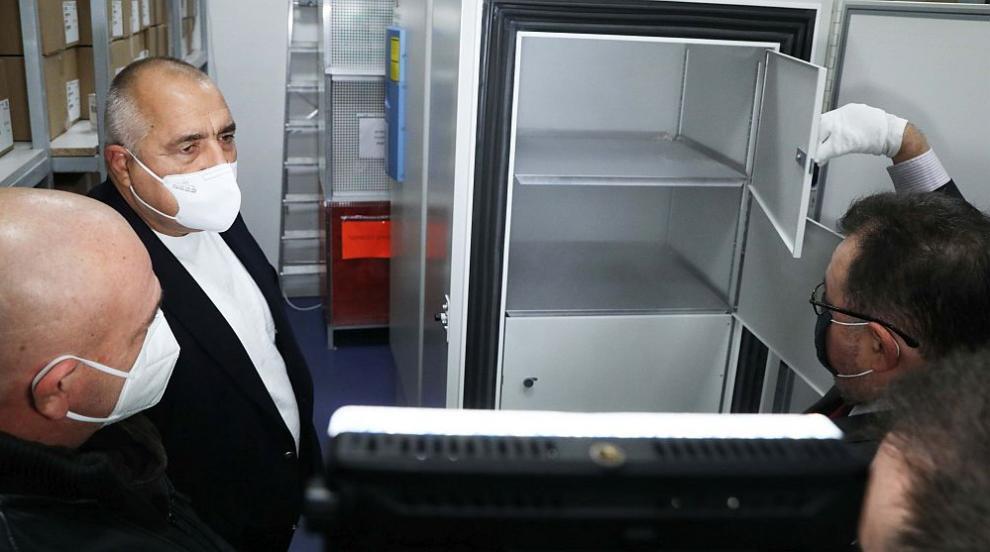 Борисов и Щабът провериха хладилниците за ваксините...