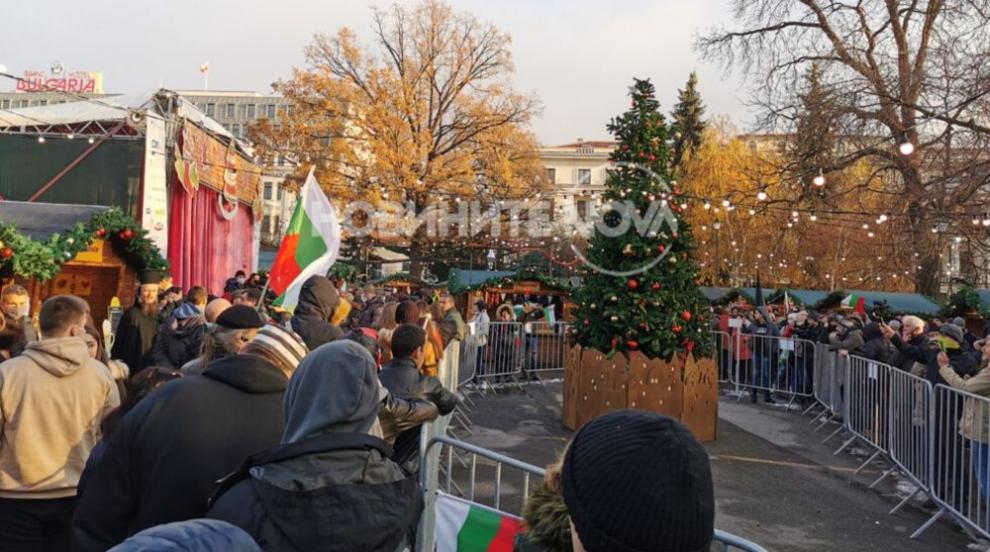 Протестиращи нахлуха на Немския коледен базар (СНИМКИ)