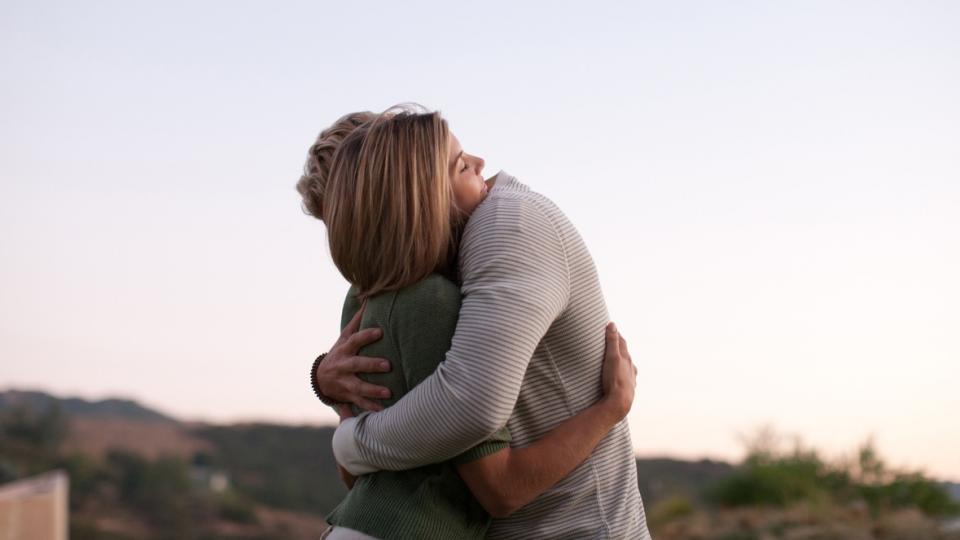 любов двойка връзка мъж жена прегръдка обич