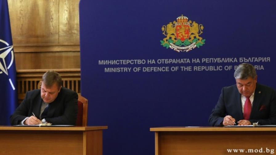 <p>Каракачанов подписа договора за новите бойни машини</p>