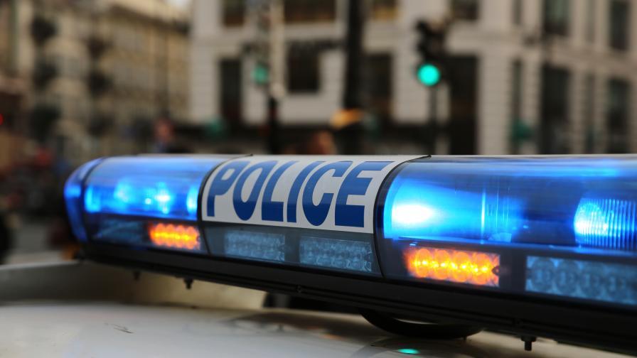 <p>Въоръжен с нож нападна полицаи във Франция</p>