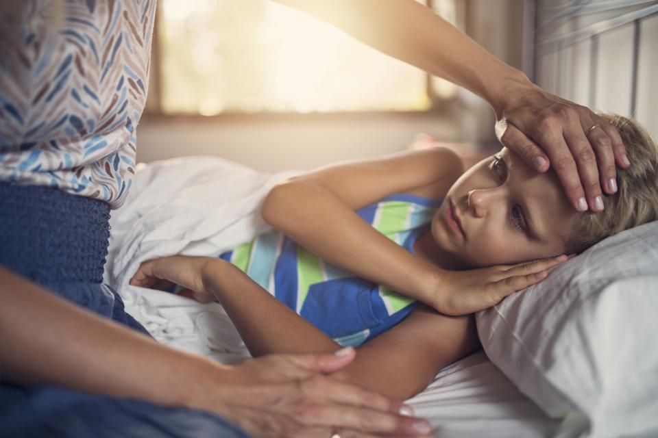 дете майка болест вирус грип температура термометър