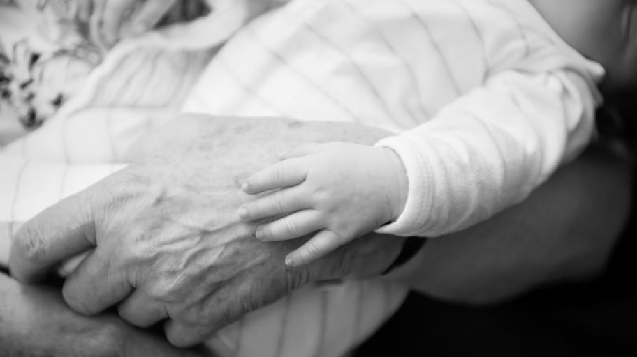 Да лекуваш с прегръдки: как един възрастен мъж помогна на повече от 1000 бебета и техните семейства
