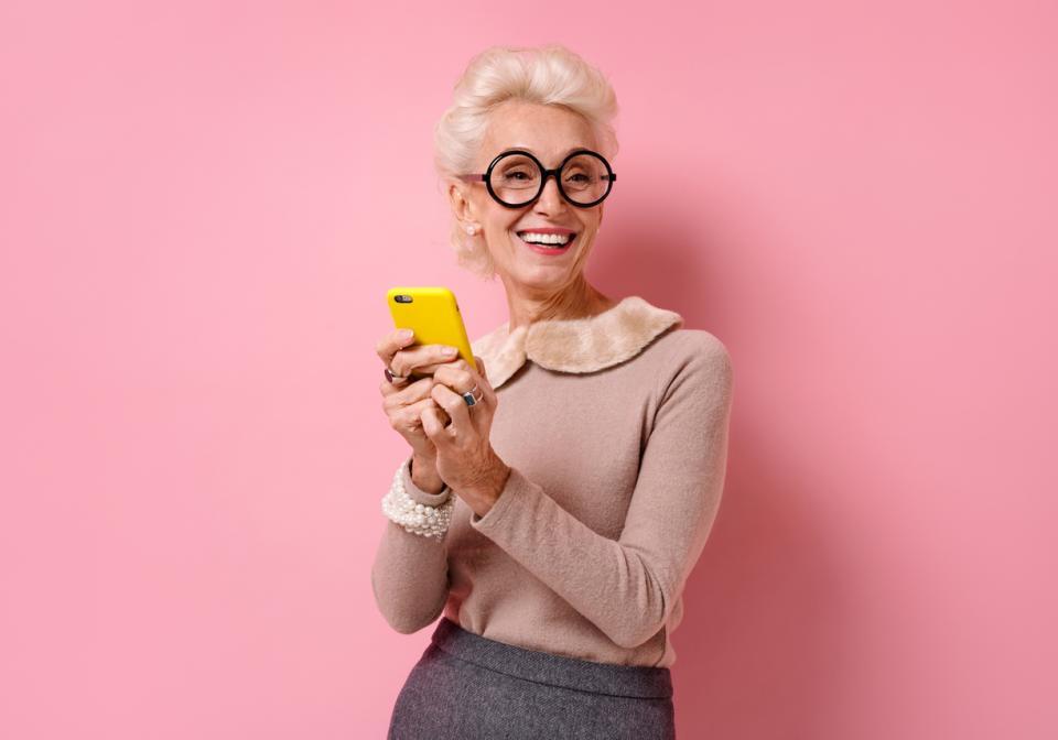 жена мъж баба дядо общуване социални мрежи