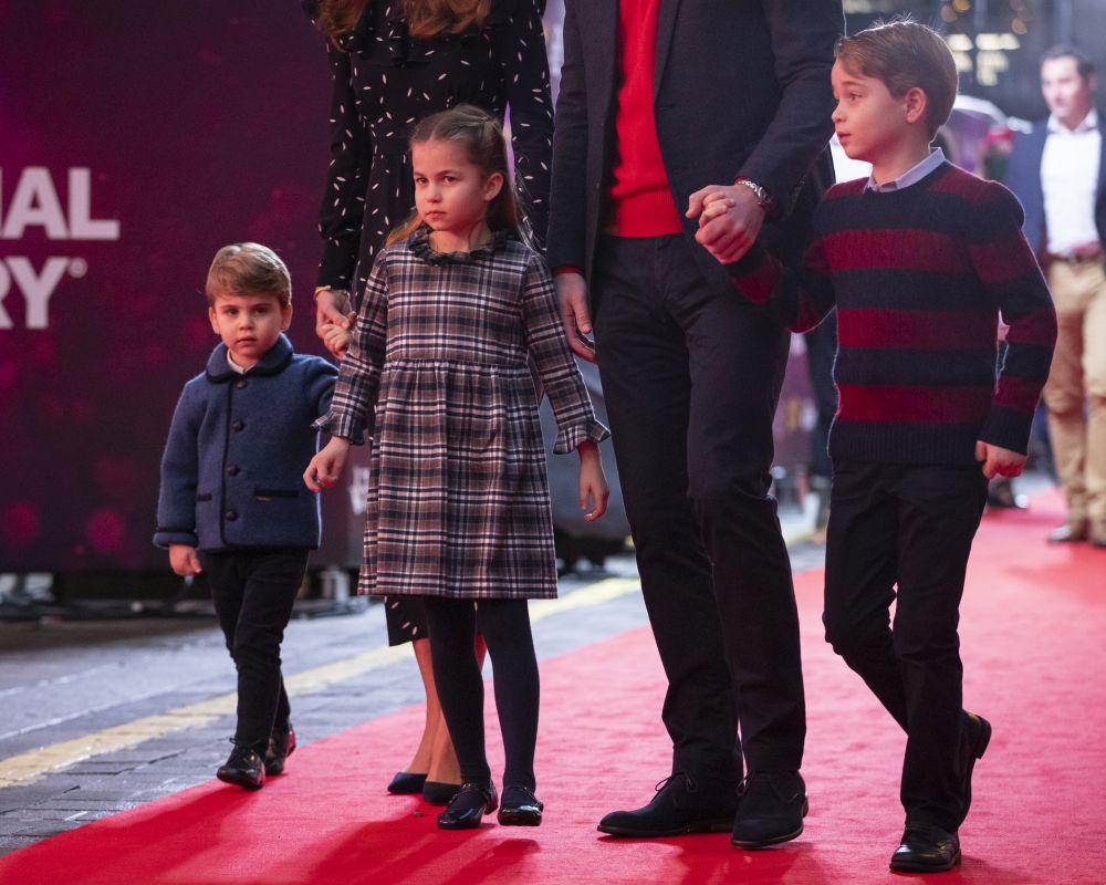 Херцогът на Кеймбридж принц Уилям, съпругата му Кейт Мидълтън и семейството им присъстваха на специален спектакъл преди Коледа