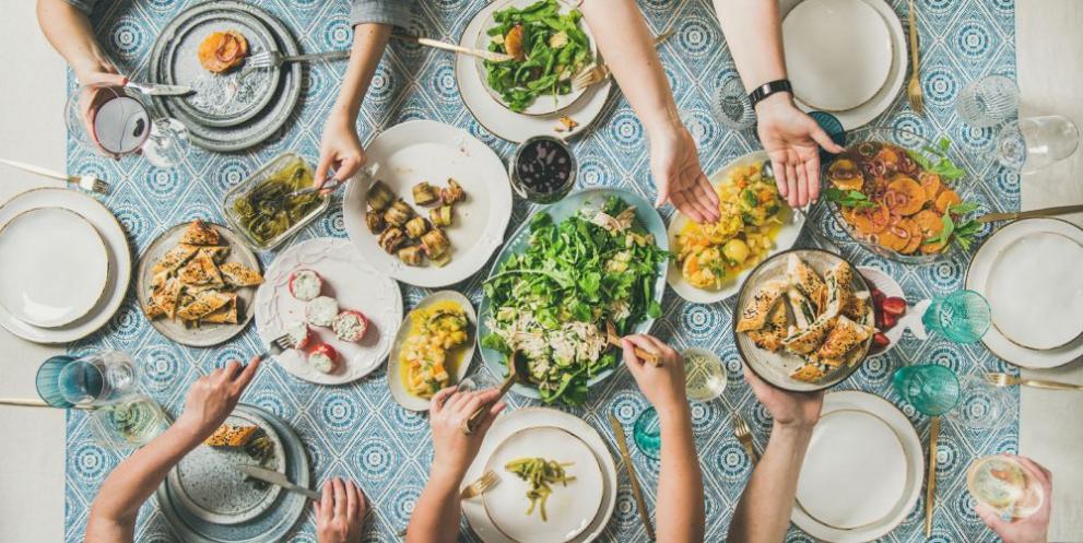 Естонската традиция приема, че Нова година е подходяща само за най-нетърпеливите. За да осигурите трапеза, пълна с храна за следващата година и пълна с просперитет, трябва да ядете 7, 9 или 12 пъти през деня., Всяко хранене трябва да даде сили да започне годината, така че ако посетите Талин на тези дати, гарантирано ще се насладите на най-традиционната кухня, картофени салати, колбаси и т.н.