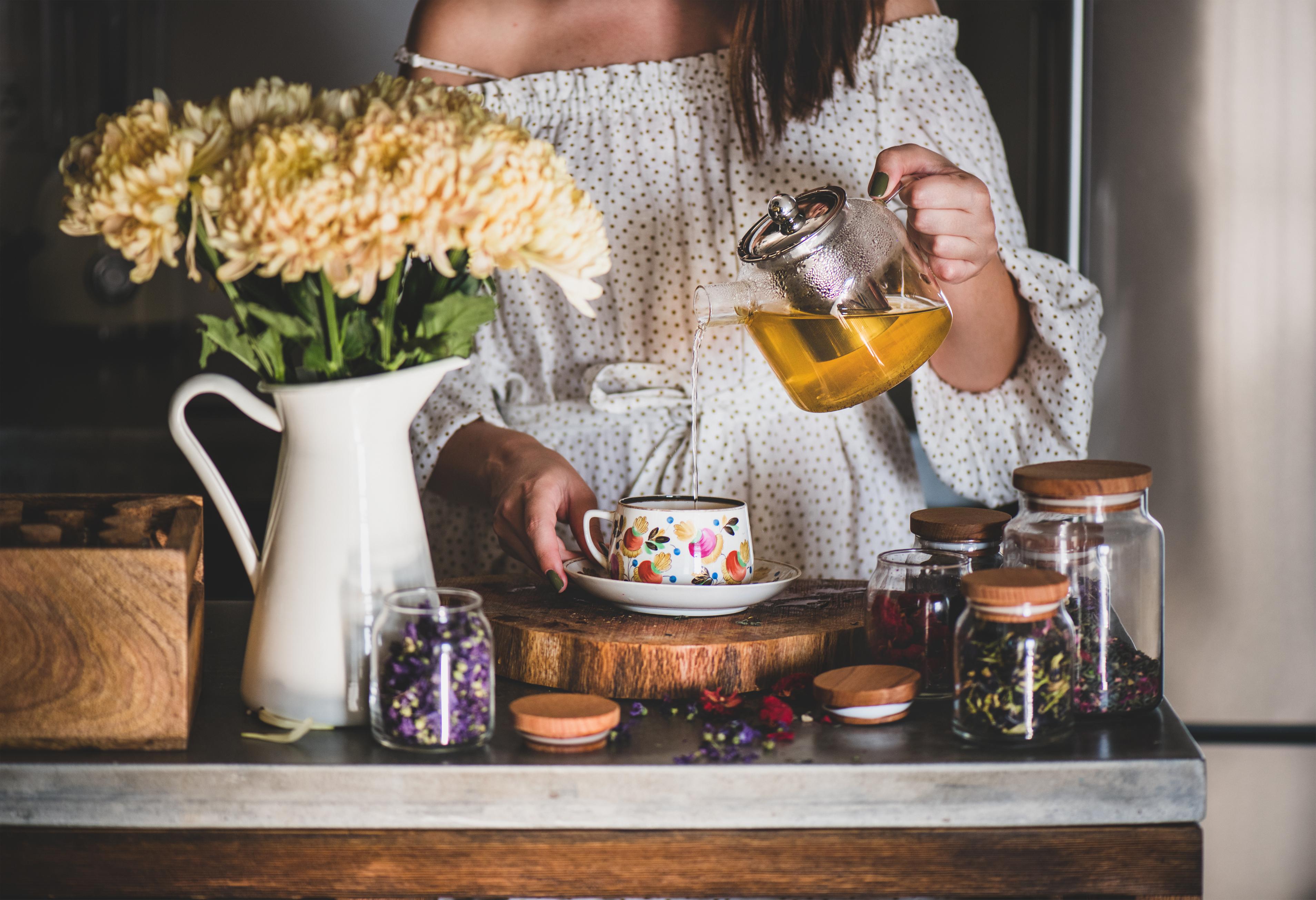 <p><strong>Действа противовъзпалително</strong></p>  <p>Съставки, открити в зеления и черен чай, могат да окажат огромно влияние върху намаляването на възпалението в червените кръвни клетки. Те дори откриха, че хората с лупус, които ежедневно консумират зелен чай в продължение на 12 седмици, съобщават за по-малко възпаление в телата си.</p>