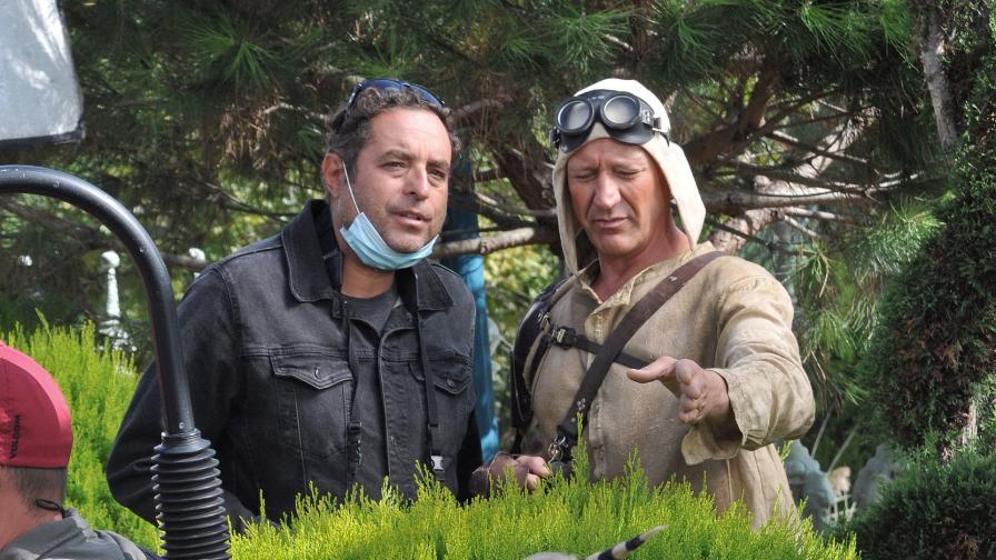 """Теодор Ушев (вляво) с актьора Деян Донков по време на снимките на филма-антиутопия """"Ф1.618"""""""