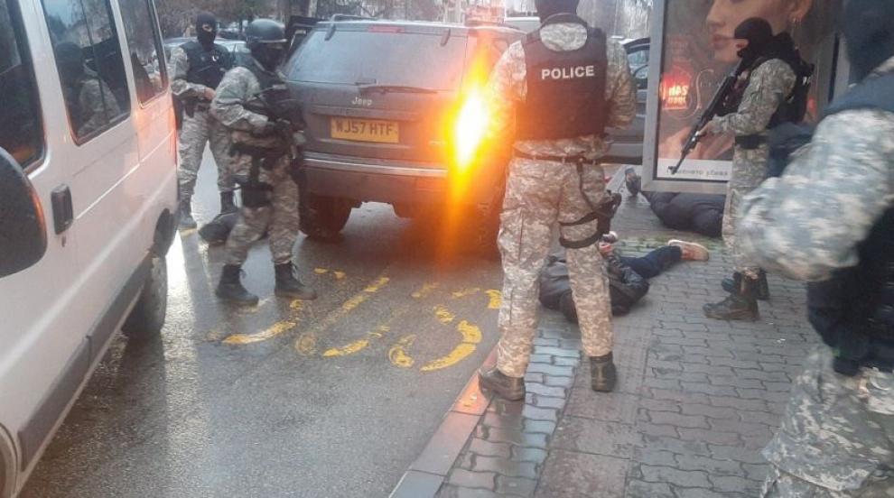 Задържаха мъж за стрелба с незаконен автомат...