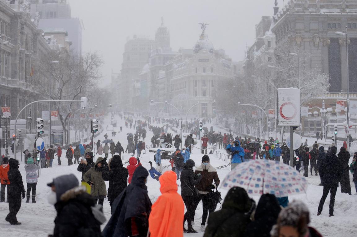 <p>В деня след невижданата снежна буря, испанските власти днес се надпреварват с времето, за да почистят столицата Мадрид и други части от страната от снега, преди настъпването на прогнозирано безпрецедентно застудяване. Тази нощ се очакват минимални температури под минус 10 градуса в голяма част от вътрешността на Испания и те ще се задържат до четвъртък, съобщи испанската метеорологична агенция.</p>