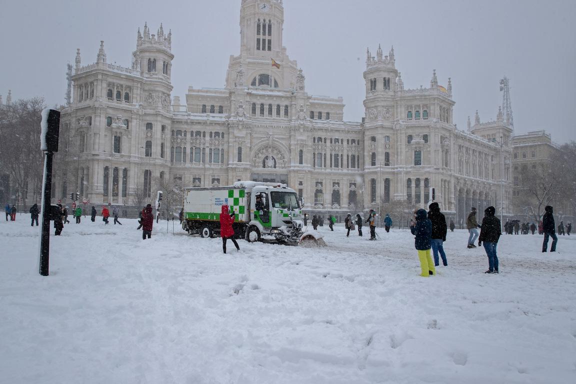 <p>Пет области в централната част на страната, в това число Мадрид, обявиха червен код за опасно време. Снежната покривка в столицата достига 60 см</p>  <p>По данни на националната метеорологична служба за едно денонощие в Мадрид са паднали 33 литра сняг на квадратен метър, което не се е случвало от 1971 година.</p>