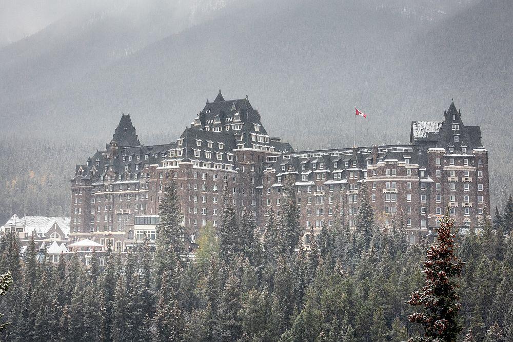 Хотел Феърмонт, Канада -Построен през 1888 г., за да насърчава туризма и продажбите на билети за железопътния транспорт, този хотел в стил шато се намира в Скалистите планини в Национален парк Банф. От вътре хотелът има интересна архитектура в готически стил.