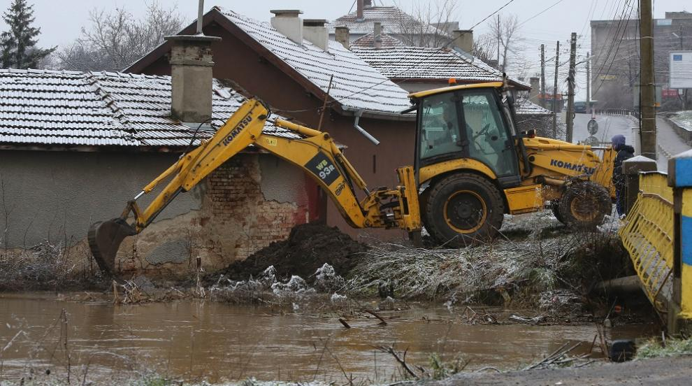 Аварийни екипи продължават да отводняват Петърч...