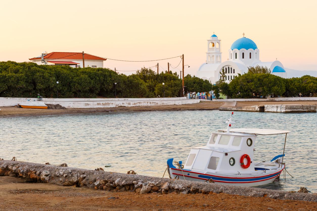 <p><strong>Ангистри</strong>&nbsp;- Този малък остров се намира точно в средата на Сароническия залив, засенчен от по-големия остров Егина, но все пак до него може да се стигне за по-малко от час път с ферибот от оживеното пристанище Пирея. Макар и доста известен сред гърците, повечето туристи буквално мигат и пропускат Ангистри (чието име означава &quot;риболовна кука&quot;). А Ангистри може да предложи уникална природна красота и забележителни плажове.</p>