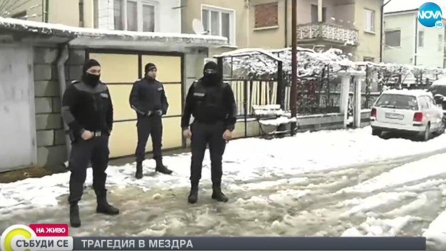 70 души щурмуваха къщата в Мездра, в която почина дете