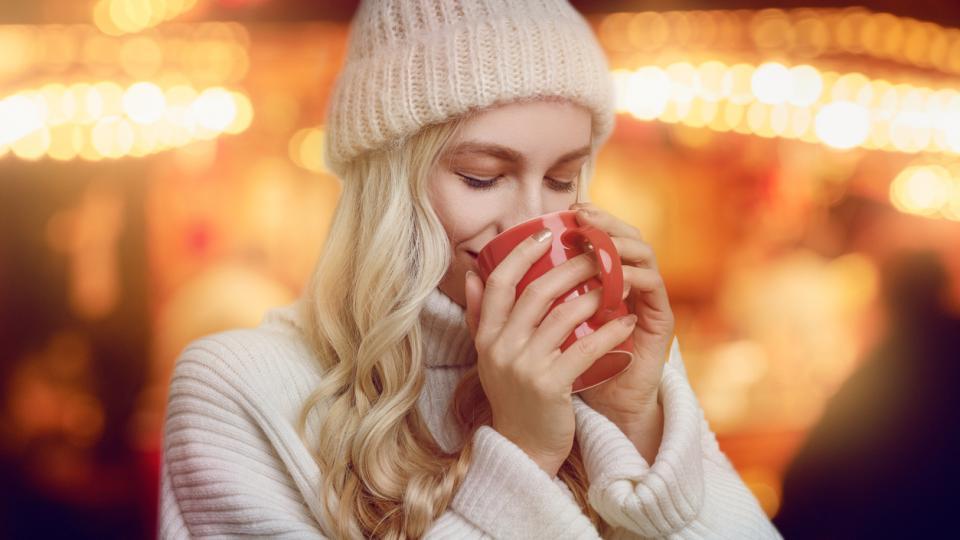 жена зима кафе