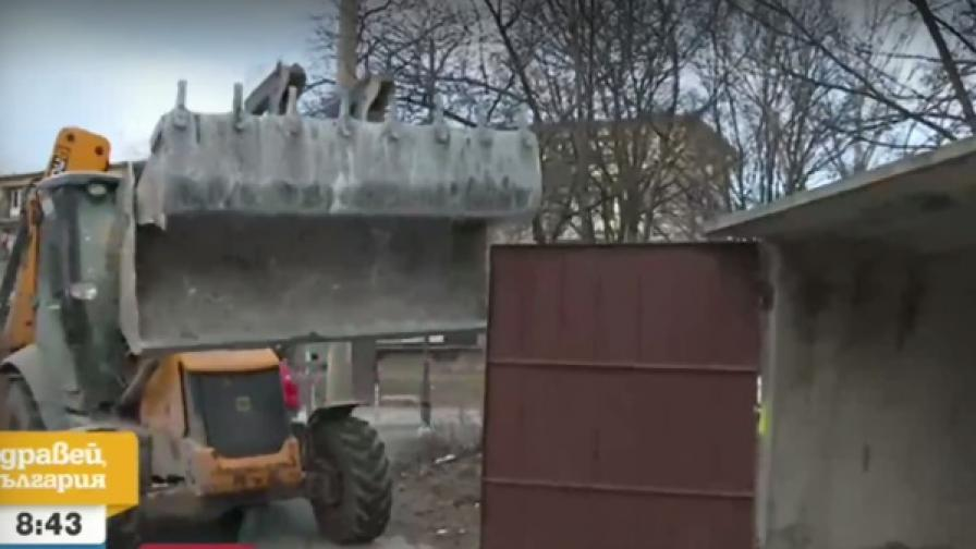 <p>Багери събарят незаконни гаражи в столичен квартал</p>