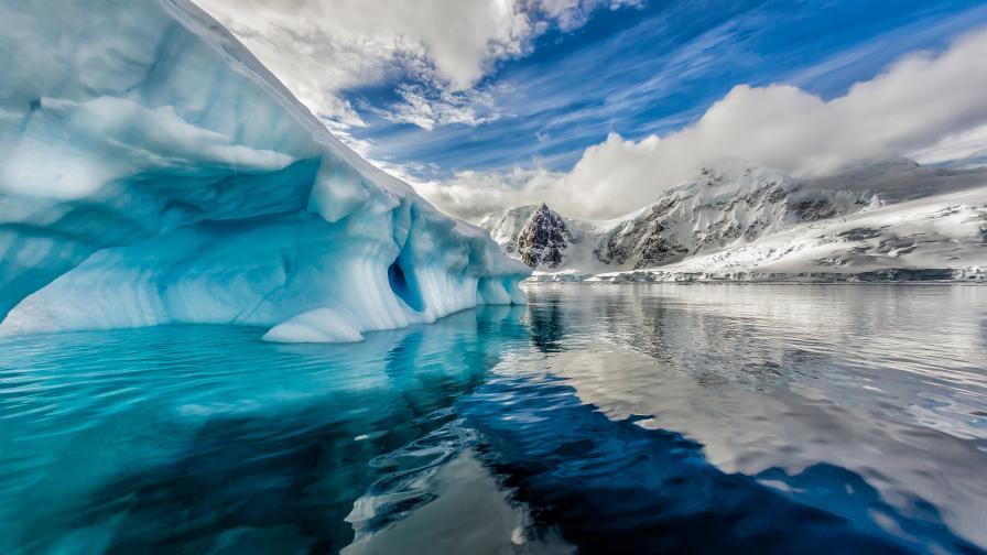 Разпадна се гигантският айсберг, който застрашаваше остров с пингвини