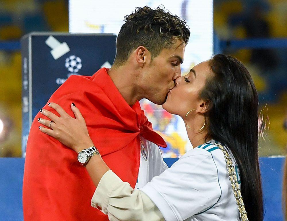 С най-голям потенциал за печалби в социалната мрежа са футболистът Кристиано Роналдо и половинката му, моделката Джорджина Родригес. Двойката има общо 273,9 милиона последователи и може да печели до 669 852 лири на публикация в Инстаграм.