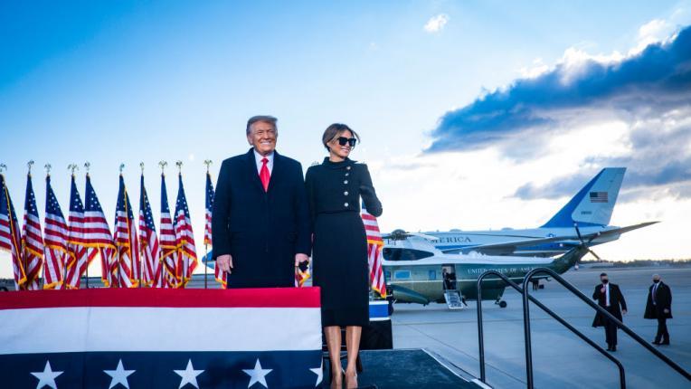Мелания Тръмп се сбогува с Белия дом в елегантен черен тоалет