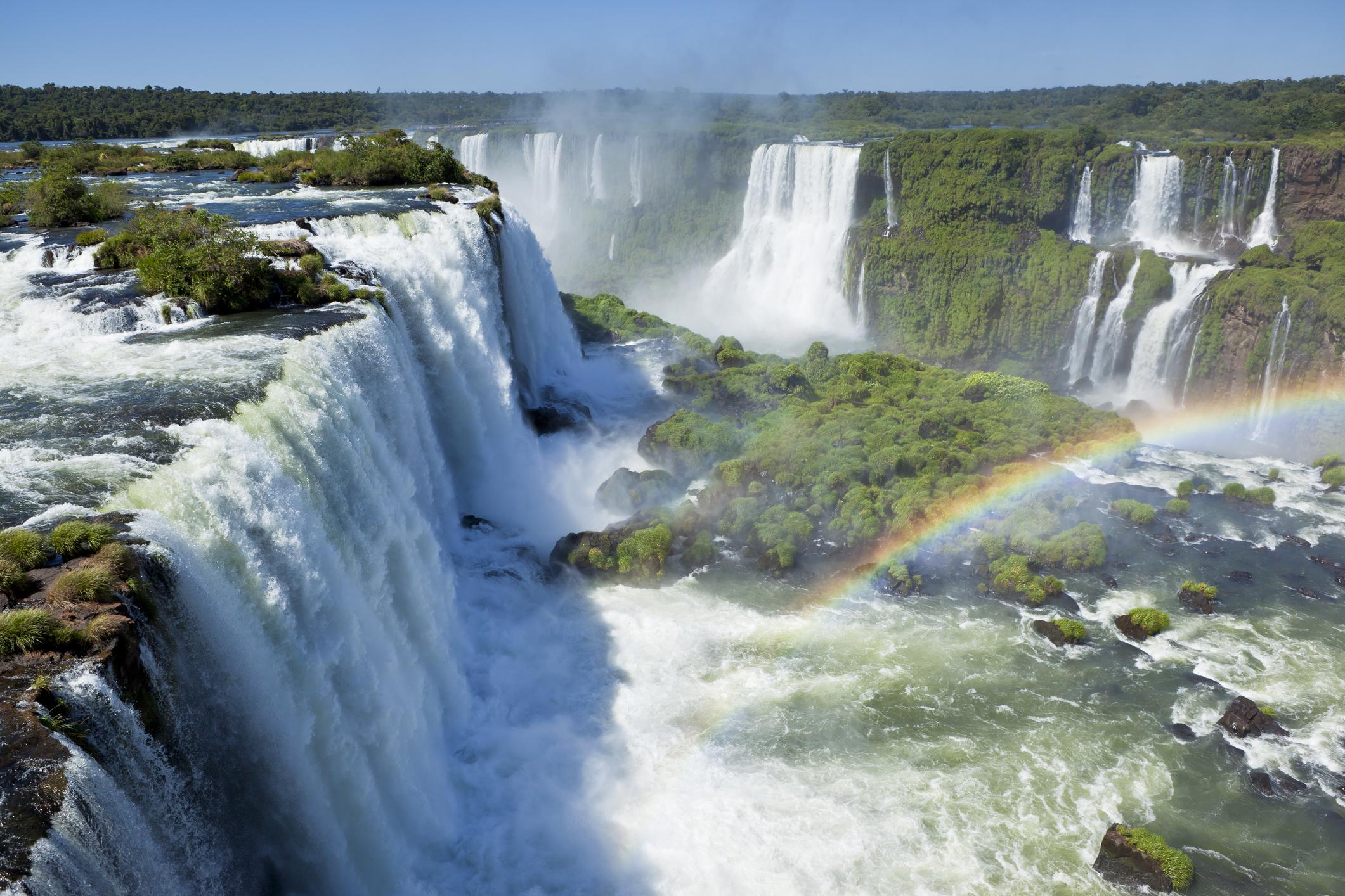 <p>Игуасу е най-голямата система от водопади в света. Разположена е на границата нмежду Аржентина и Бразилия. Легенда разказва, че могъща богиня, отхвърлена от своя смъртен любовник, в яростта си разсича реката, като по този начин създава водопадите.</p>