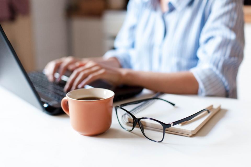жена сутрин кафе работа компютър очила