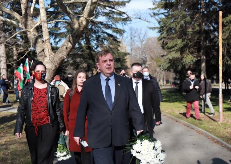 <p>С ритуал по поднасяне на цветя и венци в Благоевград бе отбелязана 149-ата годишнина от рождението на Гоце Делчев. Тържественият ритуал се състоя на площад &quot;Македония&quot; пред паметника на големия български герой. В събитието участие взеха военнослужещи от Бригадно командване &ndash; Благоевград с командир полк. Митко Балтов, представители на Община Благоевград, на политически партии, на културни институции и граждани. Ученикът от 12-ти клас на Природо-математическата гимназия &quot;Акад. Сергей Корольов&quot; Антон Велев припомни кратки исторически сведения, свързани с живота и делото на големият български революционер Гоце Делчев. Венци в знак на почит към Гоце Делчев бяха поднесени от домакина на събитието - кметът на Благоевград инж. Румен Томов, от министъра на отбраната Красимир Каракачанов, от областния управител и други.</p>