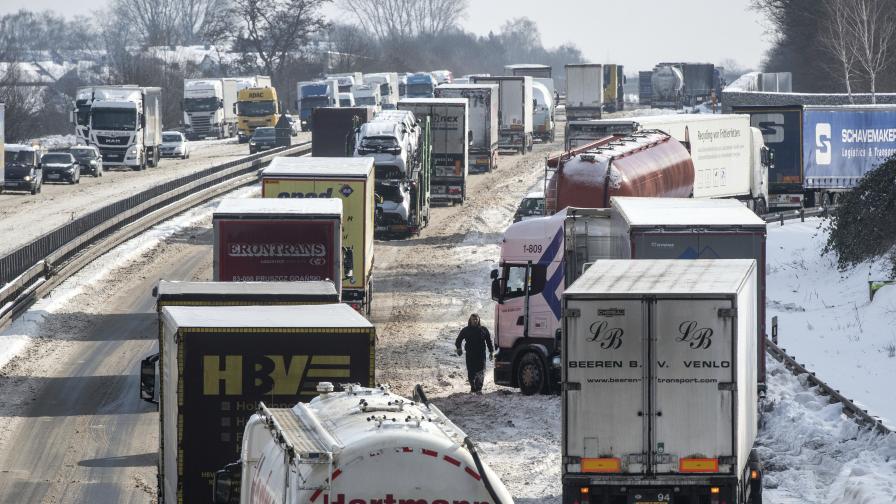 Блокирани в снега: 37 км задръстване в Германия