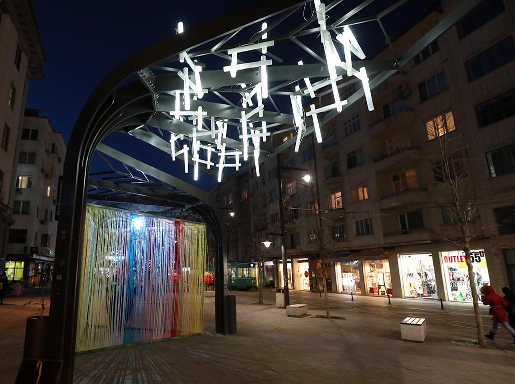 <p>Изложбата е първата художествена изява на публично място, свързана с концепцията за фенери и светлина в България.</p>  <p>&nbsp;</p>