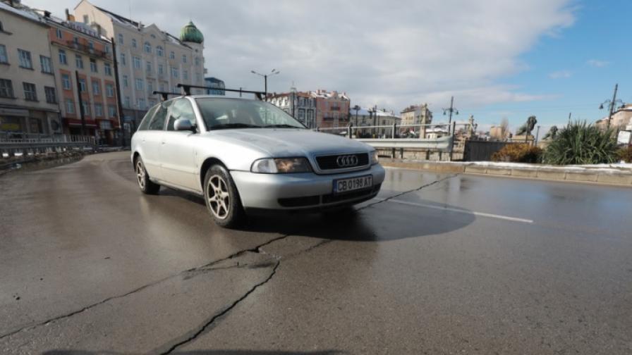 """Напука се пътната настилка в района на """"Лъвов мост"""""""