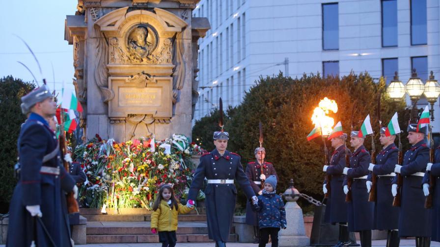 <p>Церемонията в памет на Левски събра стотици</p>