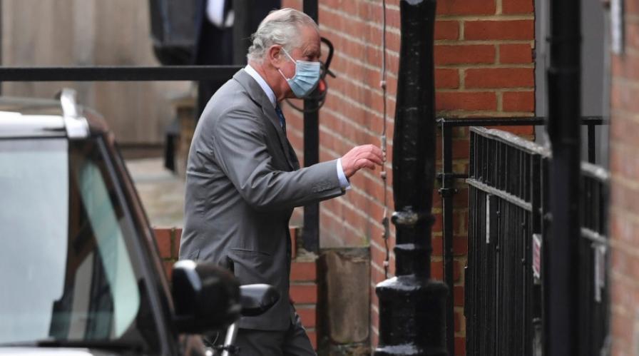 Принц Чарлз посети баща си в болницата