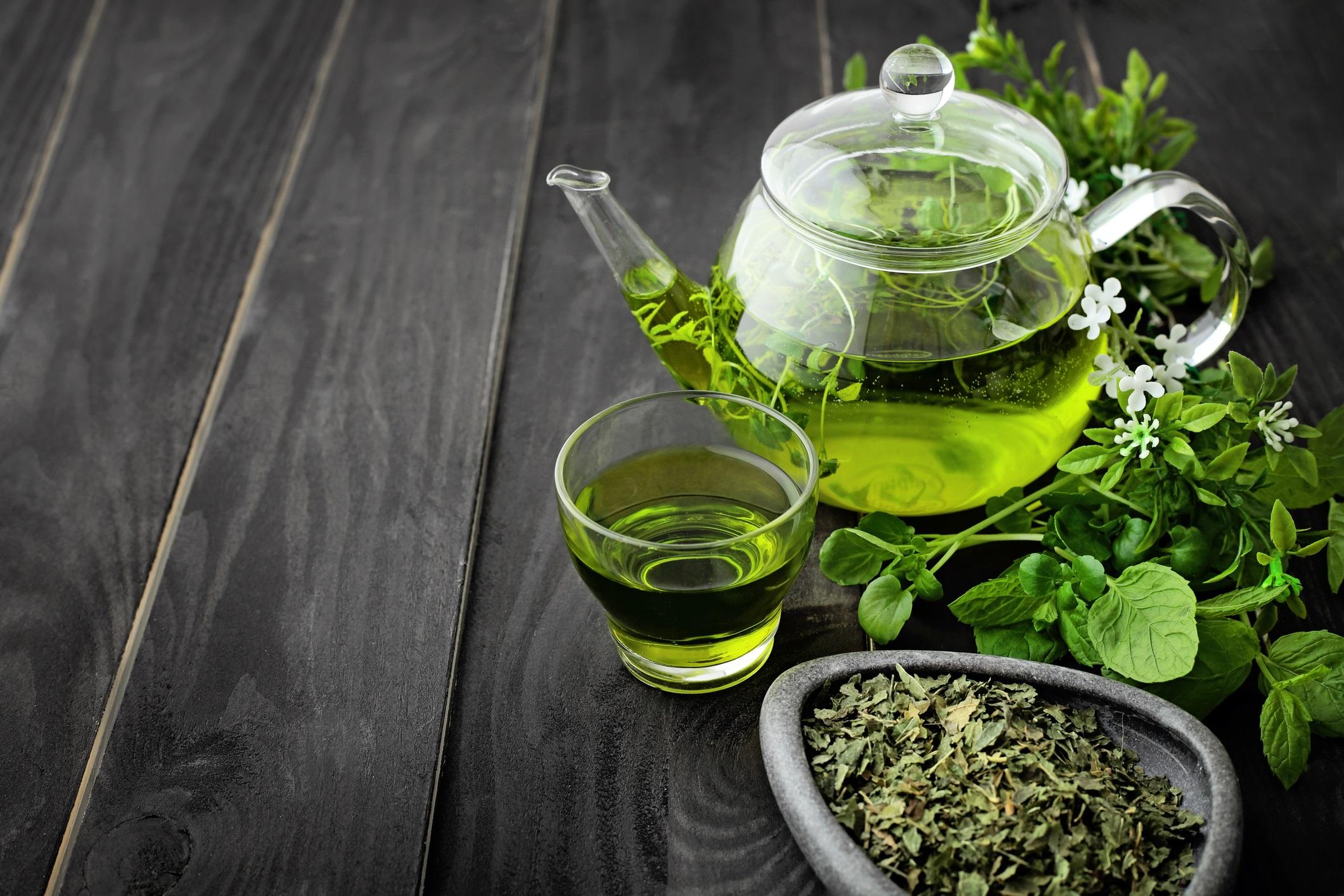 <p><strong>Увеличава продължителността на живота</strong></p>  <p>Хората, които пият зелен чай обикновено живеят по-дълго от хората, които не пият зелен чай. Проучване за 2020 г., проведено сред над 100 000 китайски участници, сочи, че тези, които пият зелен чай поне три пъти седмично, живеят средно с 15 месеца по-дълго от тези, които не пият зелен чай. Учените все още се опитват да разберат механизмите, чрез които зеленият чай може да увеличи продължителността на нечий живот.</p>