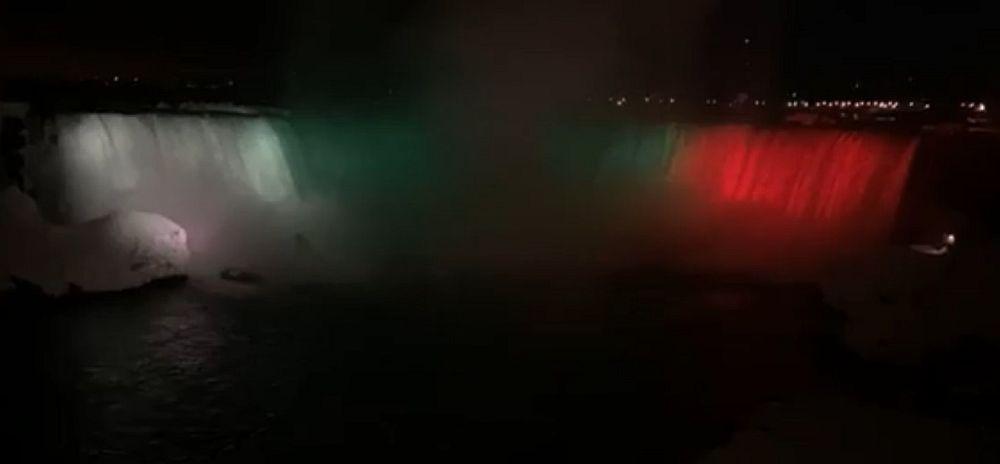 Ниагарският водопад грейна в бяло, зелено и червено