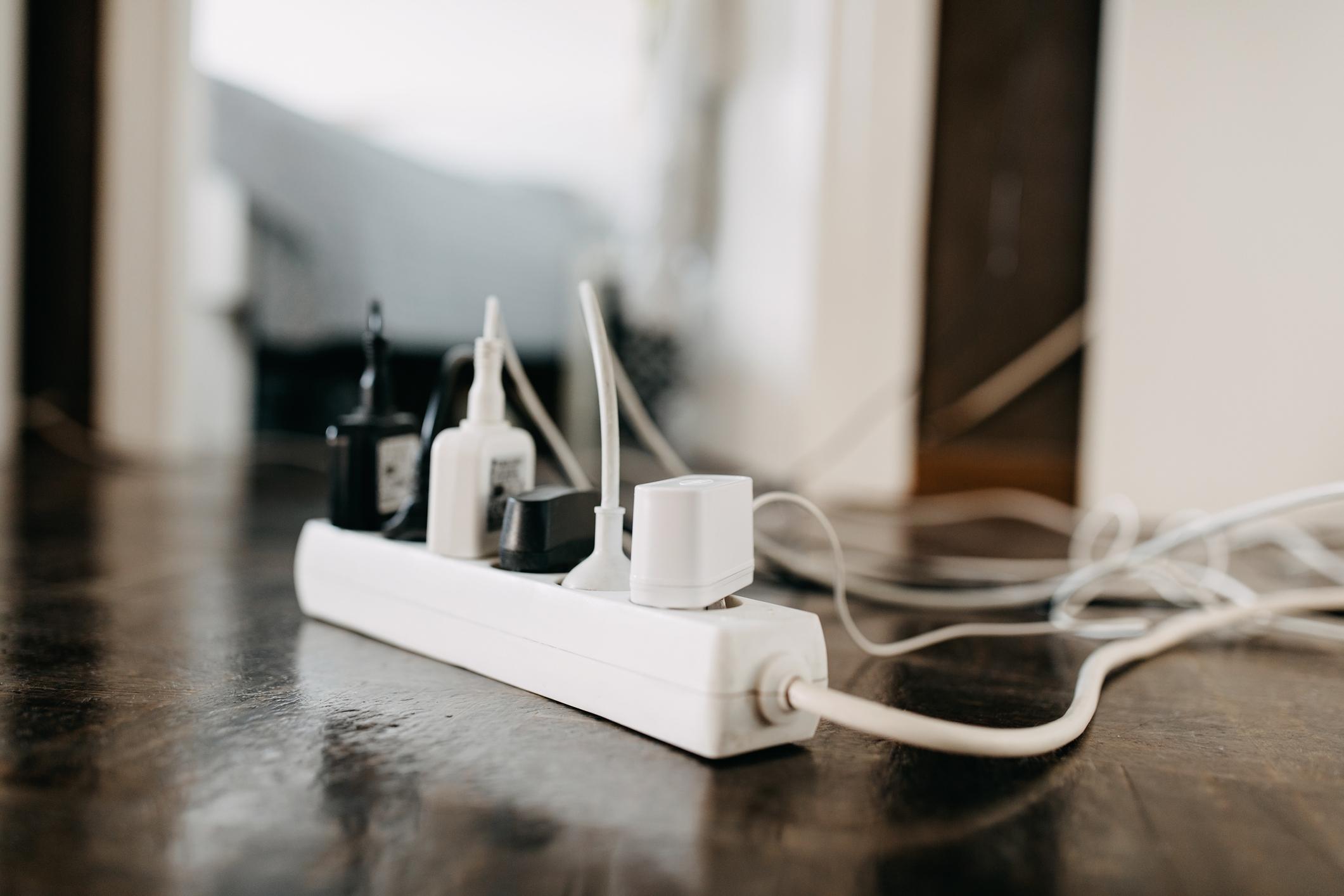 <p>Скрийте кабелите - ще се изненадате колко по-добре ще изглежда домът&nbsp;ви, ако от всеки ъгъл не стърчат и не се вият безкрайни кабели за какво ли не. Можете да ги прикриете с помощта на мебелите в стаята, зад специални лайсни или пък да ги закопчаете с тиксо или друг вид лепенки, за да стоят по-прибрани.</p>