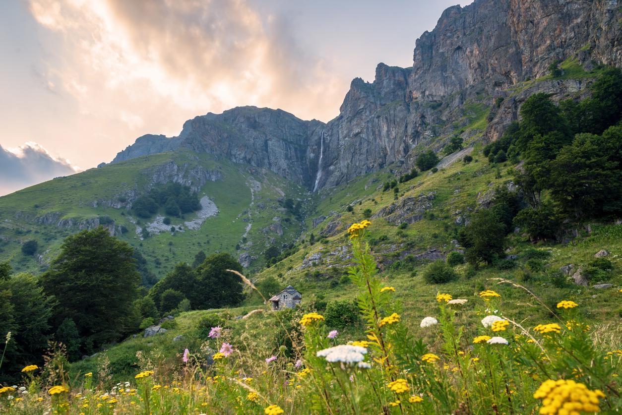 <p><strong>Райско пръскало</strong> - Водопадът се намира в Централната част на Стара планина в подножието на първенеца на планината - връх Ботев,на територията на национален парк Централен Балкан.</p>