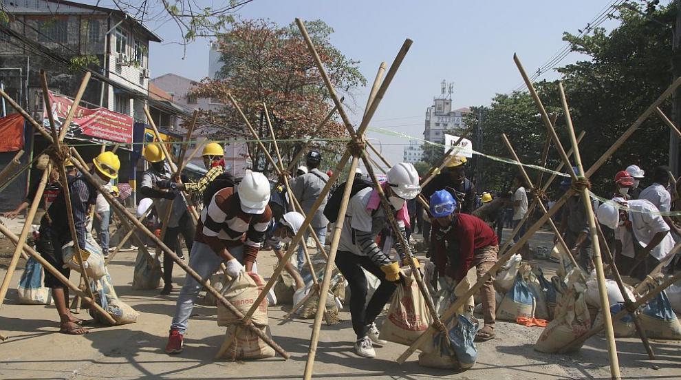 Протестите и репресиите в Мианма продължават, пребиха активист до смърт (СНИМКИ)